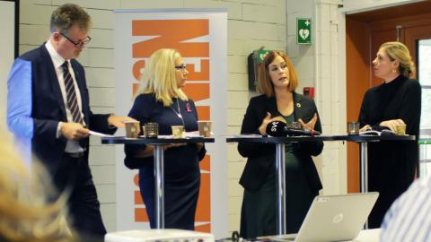 Alliansen presenterade sitt budgetförslag i Gårdsten under fredagen. Fr. v: Axel Josefson (M), Helene Odenjung (L), Emmyly Bönfors (C), Elisabet Lann, KD.  Foto: Sanna Arbman Hansing