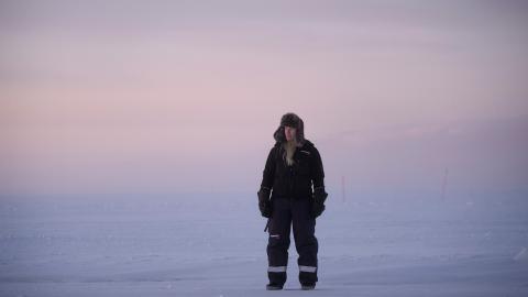 """Biltestindustrin i Arjeplog skildras i en av flera dokumentärfilmer som visas i Nordiska museets utställning """"Arktis – medan isen smälter"""". Ingenjörer från hela världen åker till Arjeplog för att prova nya bilmodeller på de frusna sjöarna.  Bild: Camilla Andersen/Nordiska museet"""