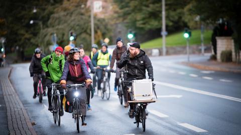13 cyklister dök upp på Critical Mass-turen första fredagen i oktober. Initiativtagaren hoppas att rörelsen ska växa, och nämner tyska Stuttgart som inspiration. Där slöt mellan 1 500 och 2 000 cyklister upp i år. Bild: Martin Spaak