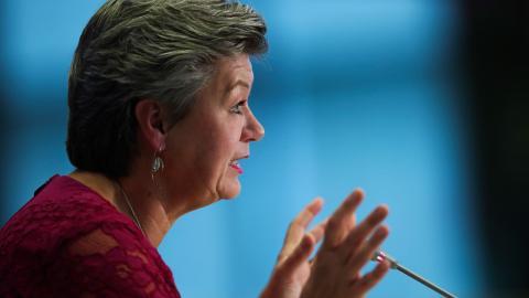 """Ylva Johansson blir ny migrationskommissionär i EU. """"Välkommen till nya jobbet, nu är det dags att växla upp arbetet med att stoppa människohandeln vid EU:s gränser och ge omedelbart skydd åt de barn som är mest utsatta"""", skriver debattörerna. Foto: Naina Helén Jåma/TT"""