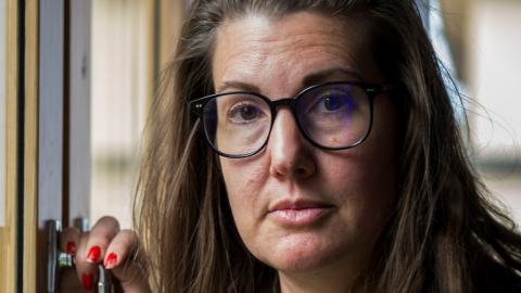"""""""Det här är ett extremt utnyttjande på alla plan. Det äcklar mig att det sker överallt, även på våra sjukhus och skolor och att vi bara blundar"""", säger Elinor Torp.  Bild: Zanna Nordqvist"""