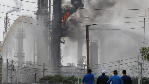 Brand i en av ExxonMobils anläggningar i Texas.  Bild: TT/AP