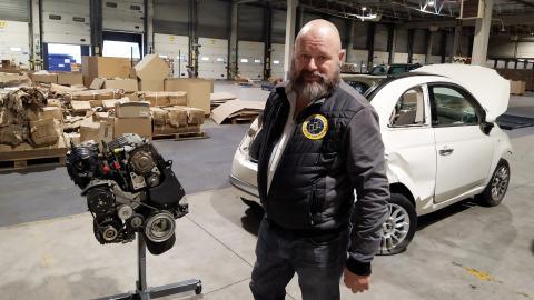 """Transition-one har köpt in krockade bilar för att        3D-scanna modellernas motor- och bensintanksutrymmen. """"Vi ska konvertera 100 000 bilar på fyra år"""", säger grundaren Aymeric Libeau.  Bild: Emma Sofia Dedorson"""