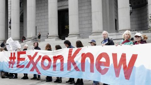 Demonstranter utanför domstolen i New York.  Bild: Helena Gustavsson