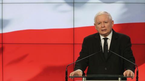 """Jaroslaw Kaczynski och hans regeringsparti attackerar """"HBTQ-ideologin"""" som en del av sin valkampanj.   Bild: Czarek Sokolowski/AP"""