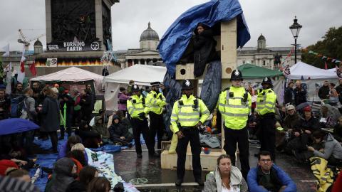 Demonstranter vid Trafalgar Square, London, den 11 oktober. Bild: Matt Dunam/AP/TT
