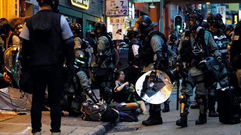 Polis griper demonstranter.  Bild: Vincent Yu/AP
