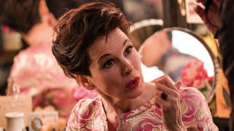 """Merparten av filmen utspelas under Judy Garlands sista år i livet. """"Det blir för mycket misär, på gränsen till spekulativt och Garlands nedåtgående spiral känns tvångsmässigt skildrat"""", skriver Kristoffer Viita.  Bild: David Hindley/Roadside Attractions"""