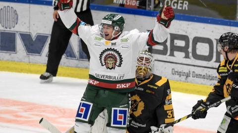 Frölundas Rhett Rakhshani jublar efter 1-1 målet under ishockeymatchen mellan Skellefteå AIK och Frölunda HC i Skellefteå Kraft Arena.  Bild: Erland Segerstedt / TT