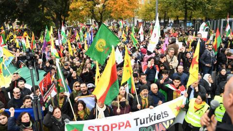 Tusentals människor har demonstrerat för stöd till Rojava i norra Syrien i olika svenska städer den senaste veckan. Bild: Fredrik Sandberg/TT