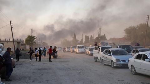 Människor på flykt från den turkiska offensiven i norra Syrien. Foto: TT/AP