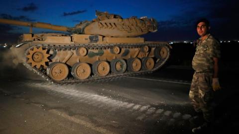 Turkiska trupper vid gränsen till Syrien under gårdagen. Foto: Lefteris Pitarakis/TT/AP