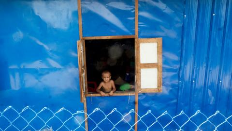 I internflyktinglägret i utkanterna av staden Sittwe. En av många barn som tvingas bor i interflyktinglägret. Bild: Andreas Ståhl