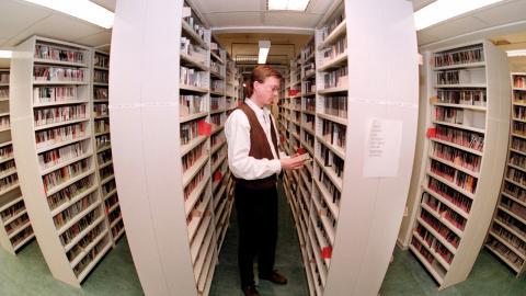 Sveriges radios Grammofonarkiv är en av världens största skivsamlingar. Arkivbild från 1999.  Bild: Anders Wiklund/TT