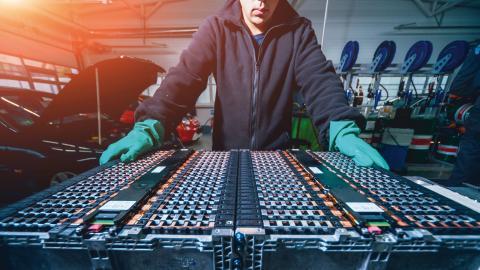 Omkring år 2030 väntas den första stora vågen av förbrukade elbilsbatterier. Bild: Shutterstock