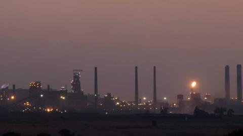 Vårt kollektiva misslyckande att agera i tid och med kraft när det gäller klimatförändringarna innebär att vi nu måste leverera rejäla nedskärningar i utsläpp, säger Inger Andersen, FN-chef. På bild: ett stålverk i Sydafrika. Foto: TT/AP
