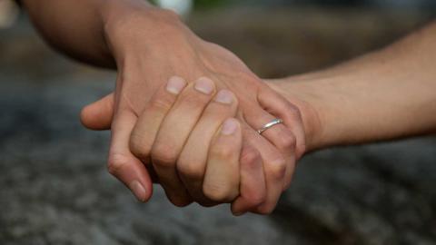 """""""Min erfarenhet av samtal med människor som prövat både det ena och det andra får mig att personligen föredra monogamin, därför att den värnar om mina djupare behov att skydda erotiken och den nakna sårbarheten"""", skriver debattören. Foto: TT"""