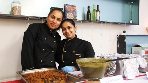 Deepika Swarnkar och Kajal Rathore låter helst matlagningen ta tid och lagar allt från grunden. Efter deras mat gjort succé i projektet Container kitchen planerar de nu att starta en restaurang på Ringön. Bild: Sanna Arbman Hansing