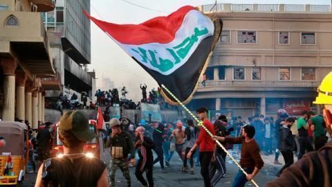 """""""Jag uppmanar det internationella samfundet och Europaparlamentet att stödja fredliga demonstranter i Irak och skydda dem från myndigheternas förtryck och dödande"""", skriver debattören.  Bild: Khalid Mohammed/TT"""