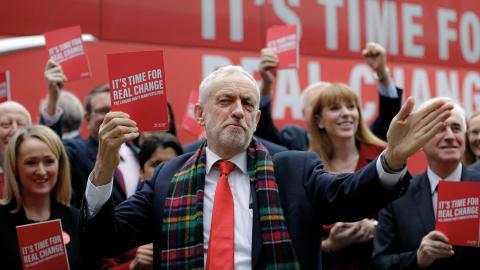 Labours Jeremy Corbyn tillsammans med partimedlemmar under valkampanjen.  Bild:  AP