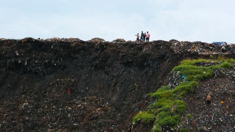 Ett enormt sopberg rasade i staden Pemba i Moçambique som en följd av de stora mängder regn som cyklonen Kenneth förde med sig. Rasmassorna krossade två hus. Foto: Tsvangirayi Mukwazhi