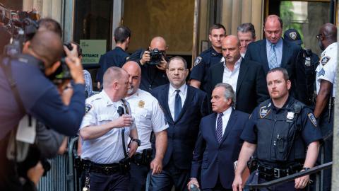 Harvey Weinstein lämnar domstolen efter inledande  förhandligar i juni 2018. Den 6 januari 2020 startar rättegången. Bild: Shutterstock