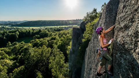 I en annan tid. Jo, så här kan det se ut i Göteborg igen om ett antal månader. Kathy McKenney-Ek klättrar leden Tuborg i stadens största klätterområde Utby.  Bild: Daniel Breece