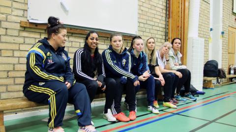 """""""Jag har fått ett gott tjejgäng. Förut var jag typ rädd för tjejer"""" säger Jonna Gry (tredje spelaren från vänster).   Bild: Sanna Arbman Hansing"""