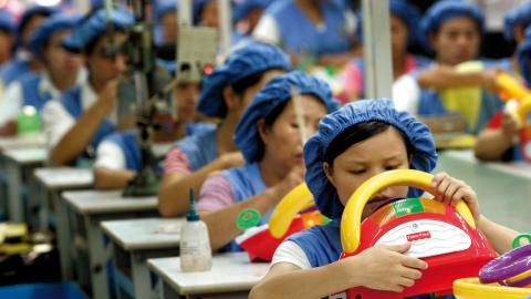 Enligt ILO:s Global Wage Report 2018–19 tjänar kvinnor i genomsnitt 20 procent mindre än män för lika arbete. I Dongguan i södra Kina (bilden) tillverkas många av världens alla leksaker. Bild: Eugene Hoshiko/AP/TT