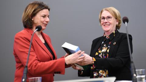 Utredaren Åsa-Britt Karlsson överlämnar sitt slutbetänkande om negativa utsläpp av växthusgaser till miljö- och klimatminister Isabella Lövin. Bild: Fredrik Sandberg/TT
