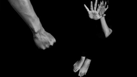 Om det finns gemensamma barn så används ofta dessa som vapen för att fortsätta den psykiska och ekonomiska misshandeln, skriver debattörerna (arrangerad bild). Foto: Shutterstock