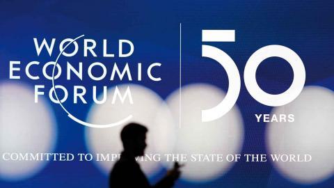 En av rapporterna som publicerades inför det finansiella toppmötet World Economic Forum visade att klimatrelaterade risker överskuggar alla andra hot som mänskligheten står inför, skriver debattörerna. BILD Markus Schreiber/AP/TT