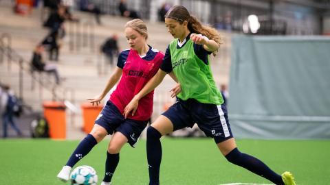 Thilda Gianello och Malva Larsson tränar för fullt.  Bild: Michael Erichsen