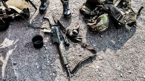 Värnpliktig med utrustning och vapen vid Ledningsregimentet, Enköpings garnison. Foto: Tomas Oneborg / SVD / TT