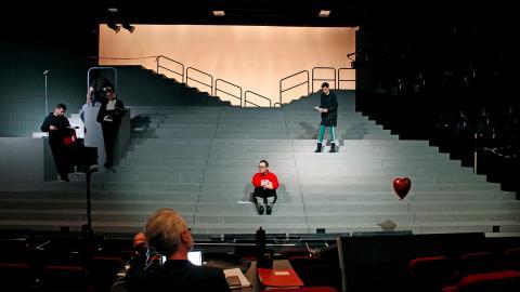 """Jens Ohlin vill med """"Misantroperna"""" på Folkteatern skärskåda vårt polariserade samhälle och den misstro som genomsyrar samhället idag. Men den är också en absurd, humoristisk saga. Bild: Christian Egefur"""