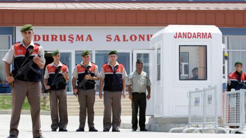 Vakter vid Silivri-fängelset utanför Istanbul. Bild: Ibrahim Usta/AP