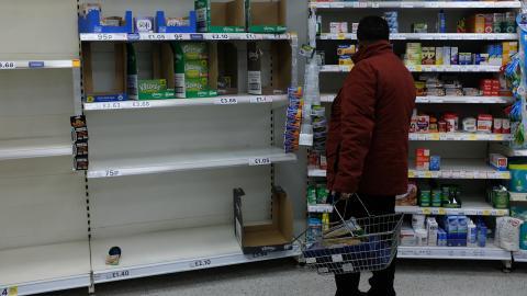 Skralt på hyllorna i en Tesco-butik, London. Bild: Alberto Pezzali/AP/TT