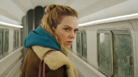 """I en intensiv vårdnadstvist ser vi Ane Dahl Torp som tvåbarnsmamman Alice i Amanda Kernells nya """"Charter"""".  Bild: Filmstaden"""