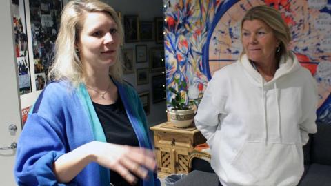 """Fritidsassistent Beata Dahlberg är orolig för att Hammarkullemodellen faller i och med nedstramningar. """"Vi har massa bra positiva verksamheter och personer som älskar att jobba i Hammarkullen. Allt finns här"""", säger hon. Till höger står kurator Ebba Herme Foto: Hanna Strömbom"""