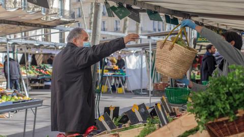 Parisarna ställer upp och hjälper gamla och sköra med att handla mat och gå till apoteket.  Bild: Rafael Yaghobzadeh/AP
