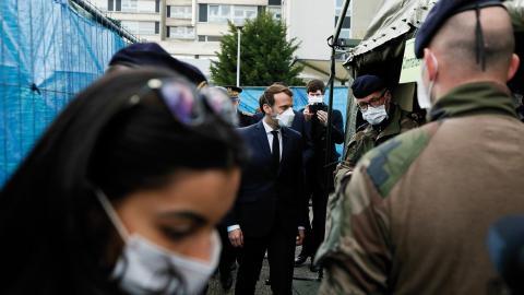 President Emmanuel Macron på besök på ett militärt fältsjukhus i Mulhouse i östra Frankrike. Bild: Mathieu Cugnot/Pool/AP