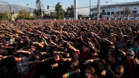 Den 4 december uppmanades äldre kvinnor att delta i en flashmob i utanför Nationalstadion i Santiago, en plats som fungerade som koncentrations- och tortyrläger under Pinochet-diktaturen och där många kvinnor utsattes för sexuellt våld.