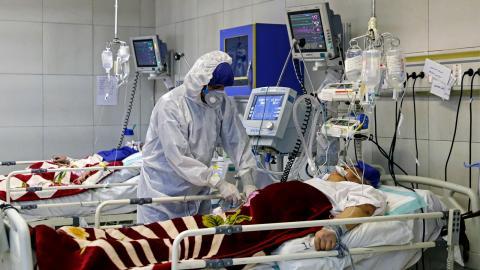 En coronasmittad patient vårdas på ett sjukhus i Iran.   Bild: TT/AP
