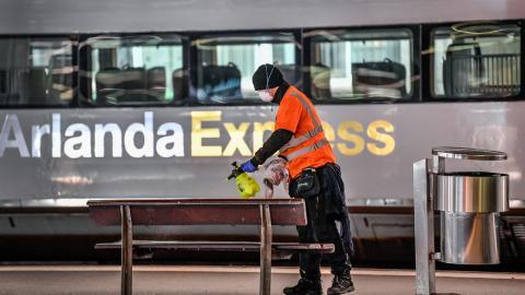 Städpersonal rengör tågperronger på ett folktomt Stockholm Central. Bild: Anders Wiklund/TT