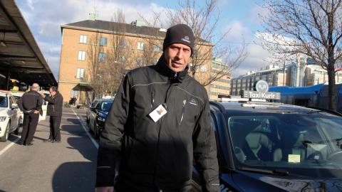 """Taxichauffören Tahar Hachemi Zakraoui: """" De senaste dagarna har varit katastrof! Igår stod jag utanför Landvetter istället. Jag fick en enda körning på hela dagen. 480 kronor för tolv timmars jobb.""""   Bild: Karin Annebäck"""