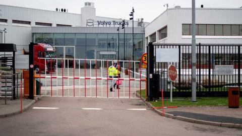 AB Volvos fabrik i Tuve stänger i dag, måndag, och ska fortsätta hålla stängt i två veckor därefter. Foto: Björn Larsson Rosvall /TT