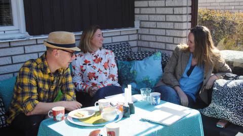 Per Wernolf, Kari Hamfors Wernolf och producenten Sara Ulvenstrand har planeringsmöte.  Bild: Odessa Fardipour
