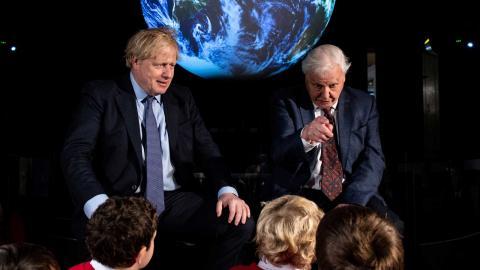 Boris Johnson och David Attenborough vid presentationen av klimatmötet. Foto: TT/AP/Chris J Ratcliffe