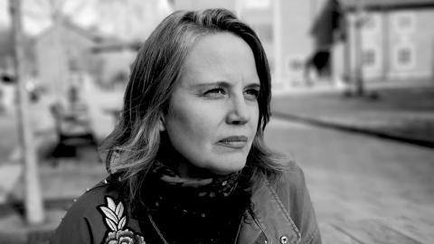 """Backa Carin Ivarsdotter har arbetat som konstnär i 20 år. """"Rent jobbmässigt tillhör jag den kategorin som har klarat mig ganska bra eftersom jag arbetar med stora offentliga konstverk som sträcker sig över flera år."""""""