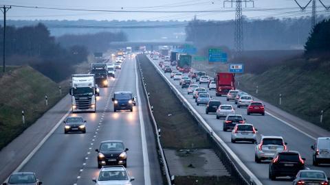 Enligt Internationella energirådet IEA subventioneras fossila bränslen globalt med 3 000–6000 miljarder kronor årligen. Ofta är det medelklassen som gynnas mest av subventionerna eftersom det är de som har råd att köpa bil. Bild: Johan Nilsson/TT